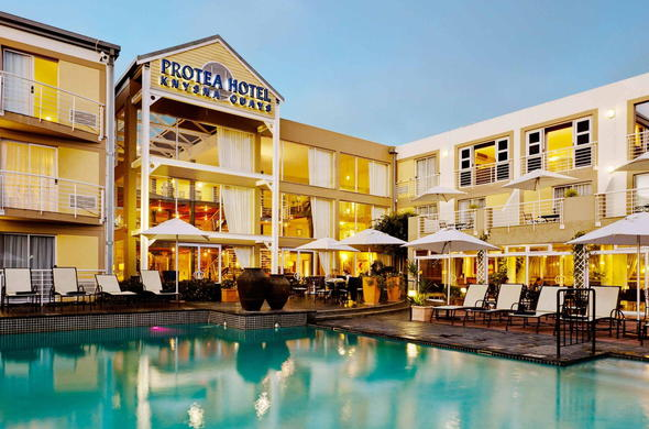 Exterior view and pool of Protea Hotel Knysna Quays.
